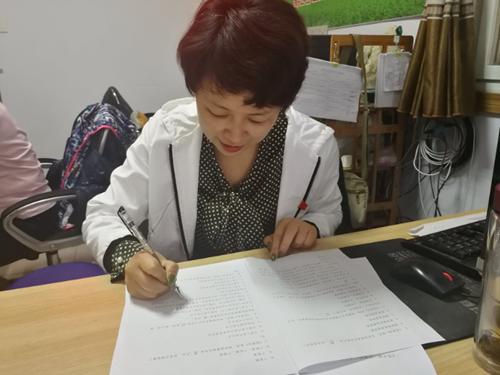 图为区残联郭沪光理事长在进行《监察法》知识测评