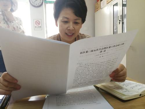 图为郭沪光带领工作人员学习柳区长讲话