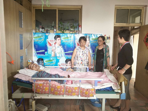 图为区残联理事长郭沪光鼓励肖阳的母亲