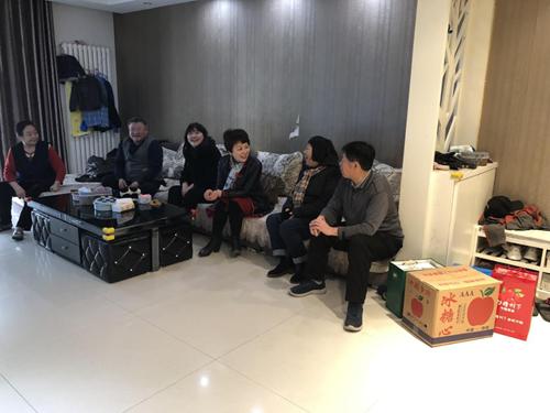 图为在退休老干部杨庆林家走访慰问