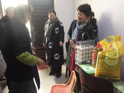 图为在禹西社区贫困残疾人李胜修走访慰问