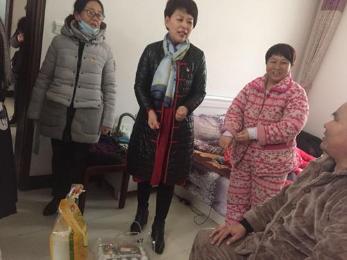 图为在禹西社区贫困残疾人韩志安走访慰问