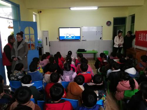 图为组织幼儿园教职工观看听力保护科普视频