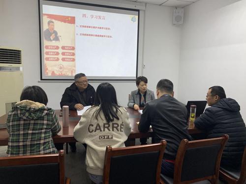 图为区残联理事长郭沪光和副理事杨建国做学习发言