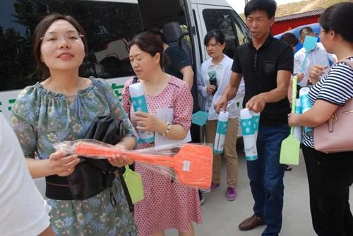图为市残联为为村民送去80余套灭蚊药、蝇拍等物品