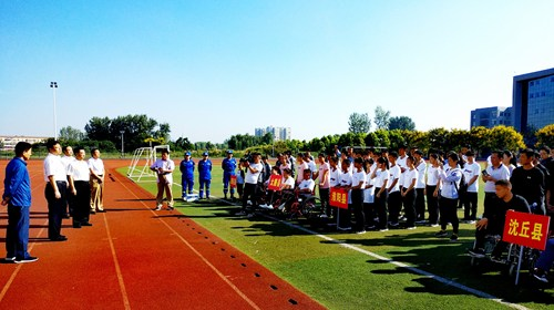 图为王平副市长到会亲切看望参赛运动员