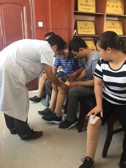 图为残疾人带上新假肢