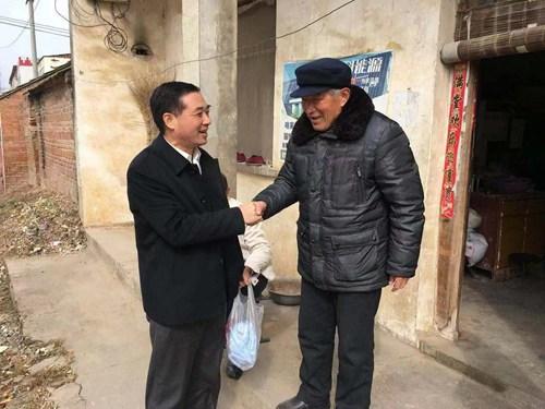 图为李德峰深入前集村农户家中进行慰问