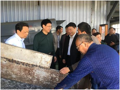 图为观摩组一行到商水县中杨庄村参观扶贫车间