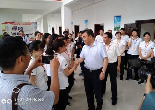 图为市委书记刘继标慰问残疾人工作者