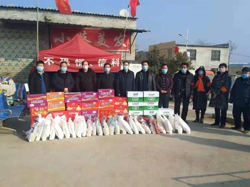 图为市残联理事长李德峰一行到示范区搬口办贾寨社区疫情防控卡点慰问值班人员