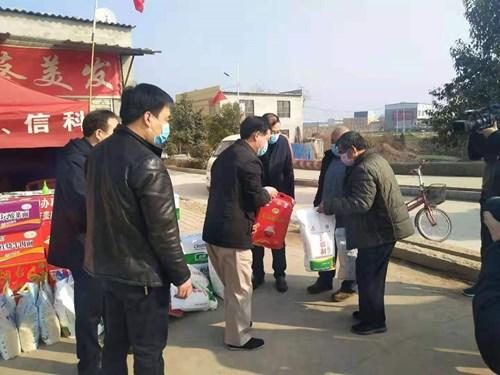 图为市残联理事长李德峰一行为卡点值班人员送去慰问品